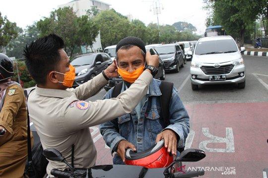 Pengguna jalan di Banda Aceh dibagikan ribuan masker dampak karhula