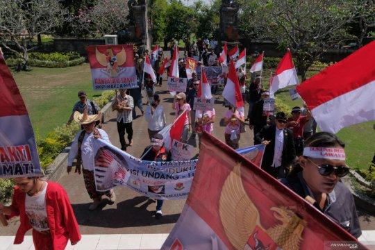 Puluhan peserta unjuk rasa dukung revisi UU KPK datangi DPRD Bali