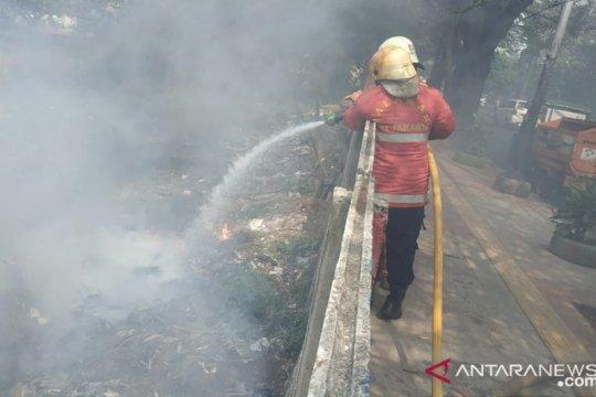 Tiga unit damkar dikerahkan padamkan kebakaran sampah liar