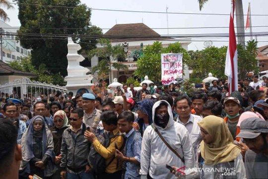 Mahasiswa Cirebon demo DPRD tolak revisi UU KPK