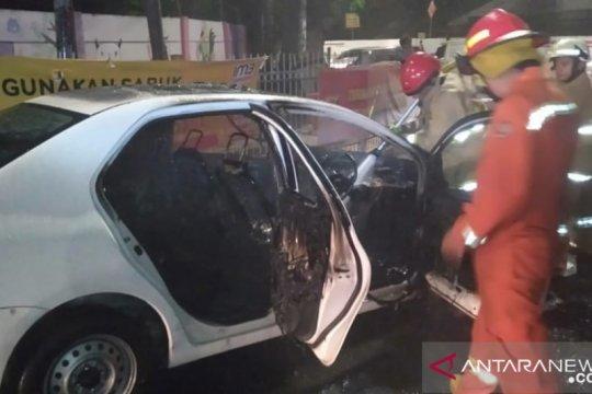 Korsleting listrik di mesin picu taksi terbakar di Cawang