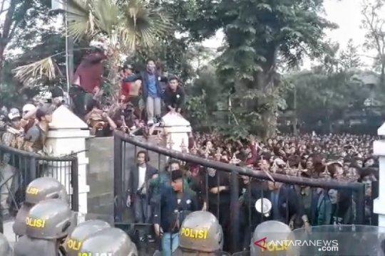 Aksi ribuan mahasiswa di Bandung sempat diwarnai kericuhan