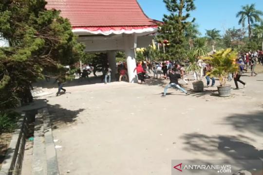 Aksi penuntutan pencabutan SK Rektor UHO berujung ricuh