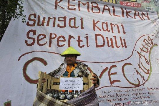 Anggota Mapala protes atas pencemaran sungai Ciujung di Serang