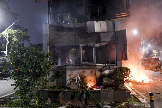 Pos polisi di jalan Gerbang Pemuda Senayan dibakar massa