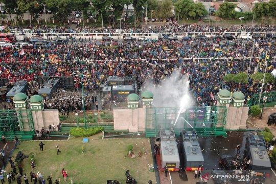 Foto udara aksi mahasiswa di depan gedung DPR