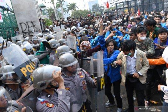 Demo mahasiswa, dua polisi dan tiga pedemo terluka