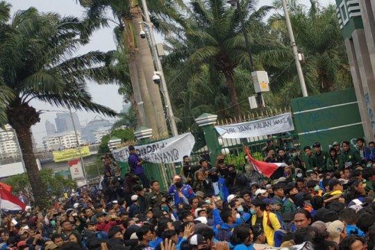 Mahasiswa berupaya jebol pagar Gedung DPR RI