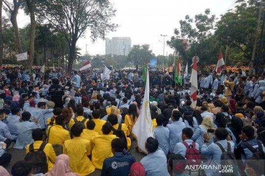 Ribuan mahasiswa blokir jalan di depan DPRD Sumsel