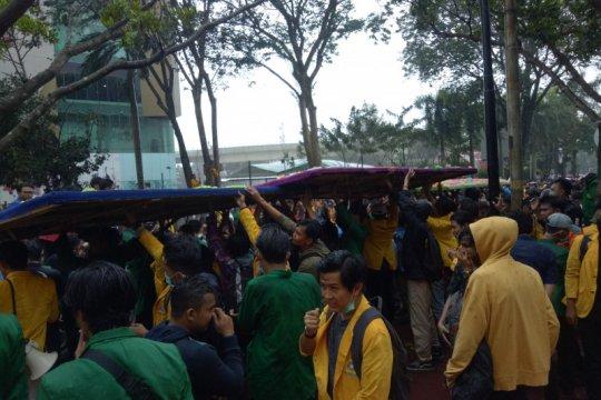 Hujan deras tak surutkan mahasiswa di Palembang blokade jalan