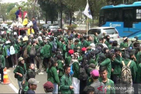 Ribuan mahasiswa UNJ jalan kaki untuk demo di Senayan