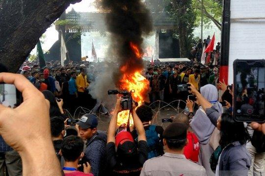 Aksi mahasiswa di DPRD Sumut mulai memanas
