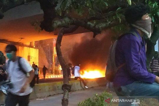 """Bakar barier, demonstran blokade jalan di bawah """"flyover"""" Senayan"""
