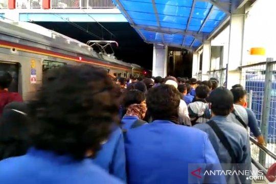 Empat stasiun KRL Jakarta alami lonjakan penumpang imbas demonstrasi