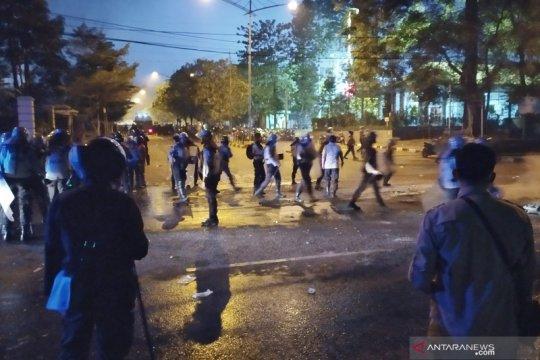 Polisi halau mahasiswa yang masih berkumpul di Gedung Sate