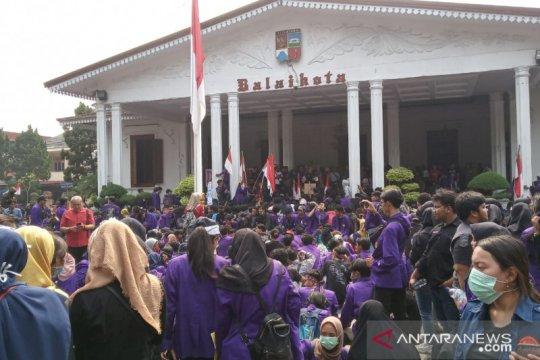 Mahasiswa Universitas Pakuan kepung Balaikota Bogor