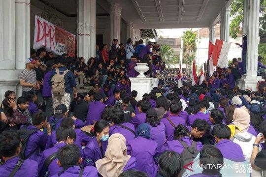 Duduki Balai Kota, Mahasiswa enggan bubar sampai ditemui Bima Arya