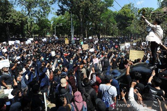 Massa datangi Kantor Gubernur dan DPRD Bali