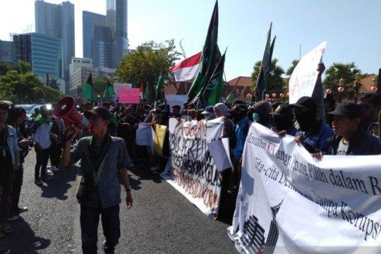 HMI Surabaya tuntut mundur pimpinan KPK miliki rapor merah