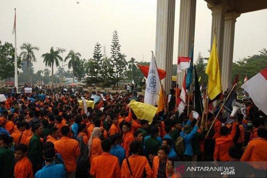 Mahasiswa dan polisi Jambi saling dorong saat aksi tolak revisi UU KPK