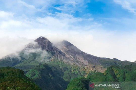 Gunung Merapi mengalami tiga kali gempa guguran