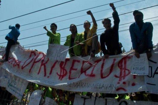Unjuk rasa mahasiswa tolak UU KPK hasil revisi dan RUU KUHP Page 6 Small