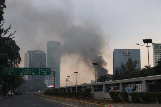 Demo STM, asap membumbung dari depan Dipo Tower