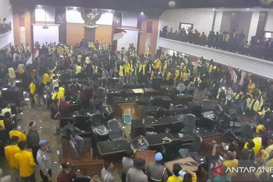 Ribuan mahasiswa duduki kantor DPRD Sumatera Barat