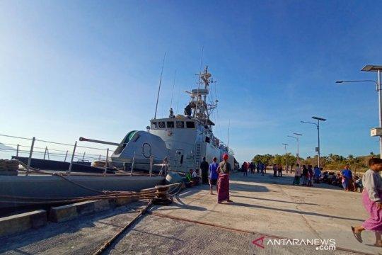 Ada kapal sandar, warga Desa Wulandoni-NTT bersuka cita