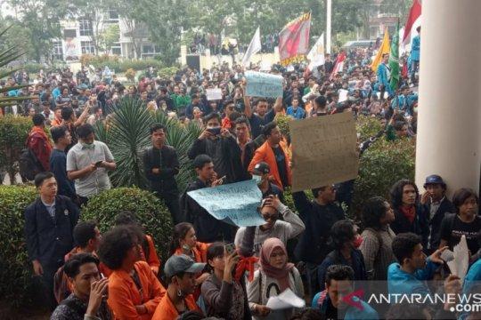 Ribuan mahasiswa masih padati gedung DPRD Kalbar