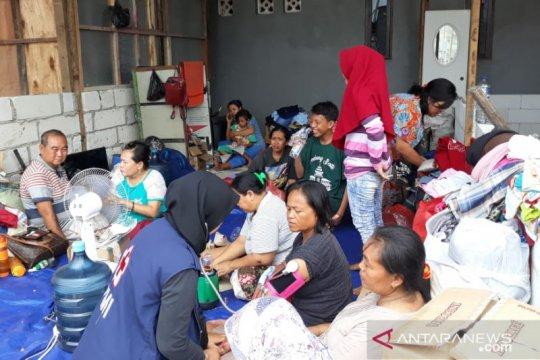 PMI bantu ratusan pengungsi korban kebakaran limbah di Tangerang