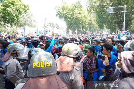 Demo ribuan mahasiswa di DPRD Sulteng berlangsung ricuh