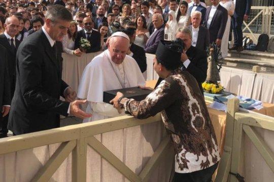 Ketua Ansor Jateng hadiahi Paus Fransiskus batik truntum