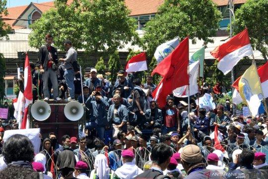 Ribuan mahasiswa mulai berdatangan di Gedung DPRD Jatim