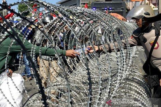 Massa aksi di depan DPRD Jatim bubarkan diri secara tertib