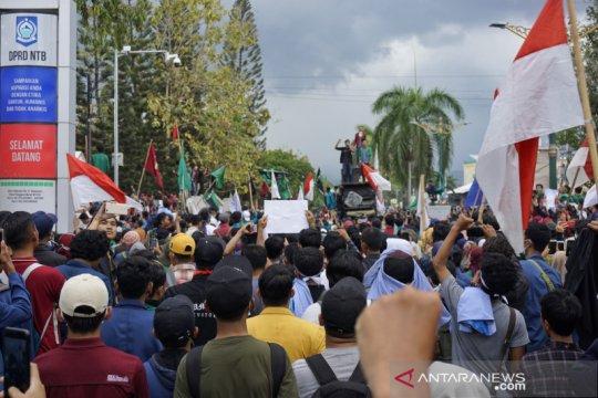 Massa banjiri Gedung DPRD NTB tolak RKUHP dan UU KPK yang baru
