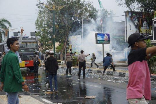 Pelajar STM ikut unjuk rasa tolak RKUHP dan UU KPK di depan DPRD NTB