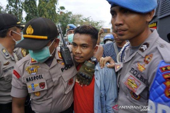Polisi tangkap provokator pelemparan batu dalam demo depan DPRD NTB