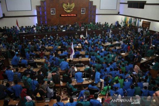 Mahasiswa duduki ruang sidang utama DPRA