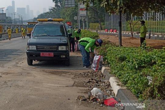Dinas Kehutanan Jakarta bersihkan sisa-sisa sampah demonstrasi pelajar