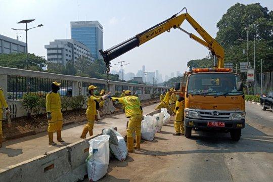 """Bina Marga perbaiki pembatas beton Transjakarta gunakan """"crane truck"""""""
