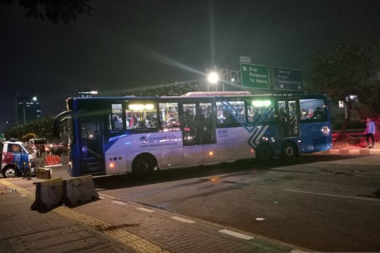 Jalur busway depan DPR ditutup, tiga Transjakarta menyelonong masuk