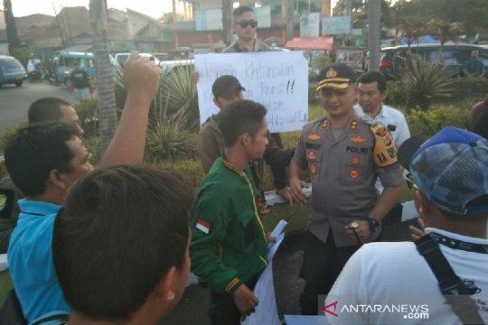 Wartawan Garut gelar aksi solidaritas mengecam kekerasan saat liputan