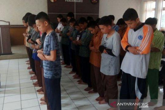 Bolos ke warnet, puluhan pelajar Pekanbaru dihukum shalat berjamaah