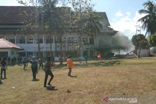 Unjuk rasa ribuan mahasiswa di DPRD Sultra berujung ricuh