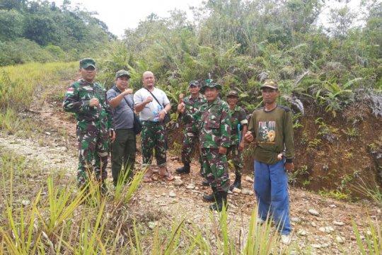 Warga perbatasan RI-Malaysia cek lokasi TMMD bersama prajurit TNI