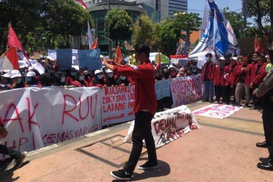 Aksi mahasiswa warnai pelantikan pimpinan DPRD Surabaya