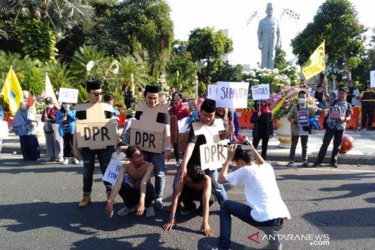 PMII Surabaya demo tuntut mundur pimpinan KPK yang lama