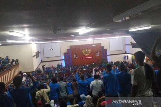 DPR Aceh tunda sidang karena unjuk rasa mahasiswa