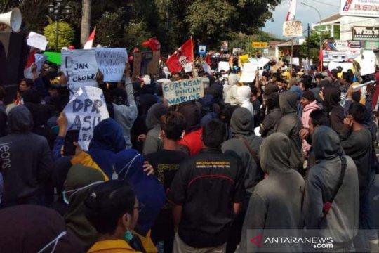 Rusak fasilitas umum, 42 pelaku unjuk rasa di Magelang diamankan